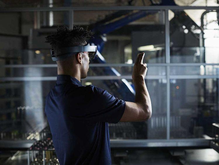 Ericsson-Man-in-robot-factory-using-AR_web