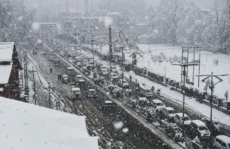 Traffic moving during heavy snowfall in Srinagar