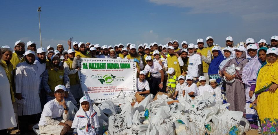 NAT 191115 Dawoodi Bohra community take part in a clean up operation around Dubai streets on Friday-1573819792027