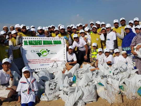 NAT 191115 Dawoodi Bohra community take part in a clean up operation around Dubai streets on Friday1-1573819794086