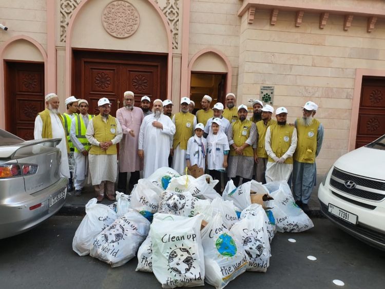 NAT 191115 Dawoodi Bohra community take part in a clean up operation around Dubai streets on Friday2-1573819796086