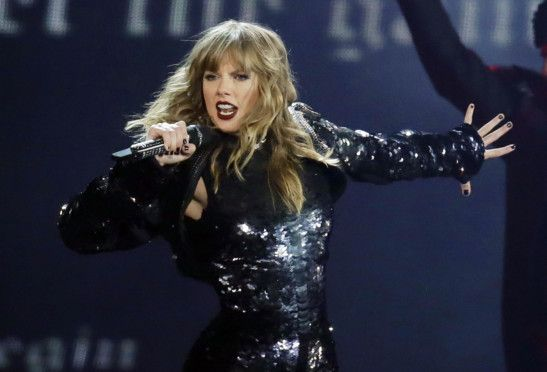 Taylor Swift performing-1574142045055