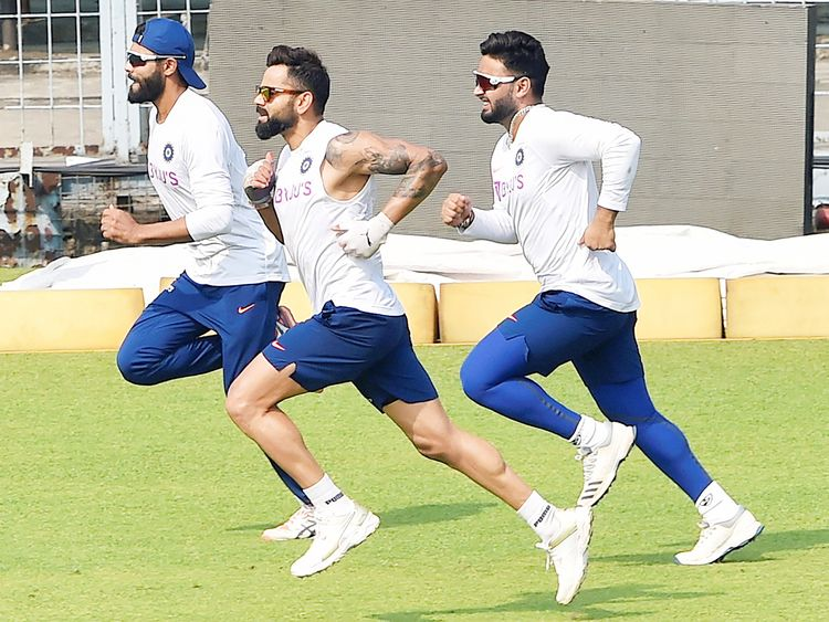 Virat Kohli with teammates R Jadeja and Rishabh Pant