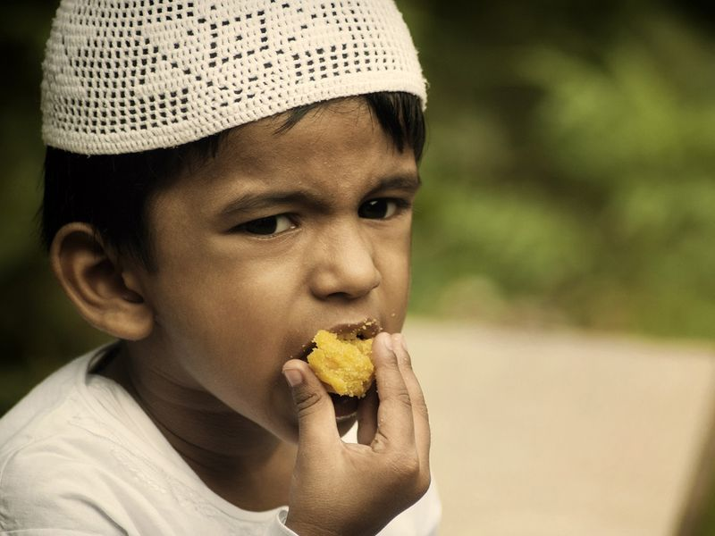 Ramadan-child-eating06