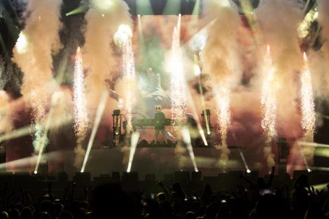 During his performance, the stage was alive with lasers and confetti cannons that sprayed colour across du Arena to a sea of starstruck fans who sang and danced along to the beloved tunes-1575006016836