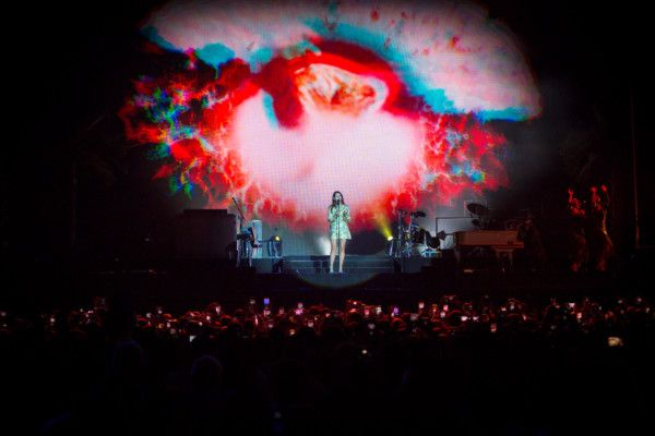 Lana Del Ray stunned crowds with a captivating performance-1575180358818