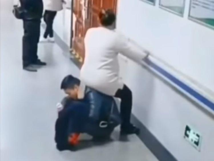 Viral man chair pregnant wife