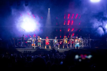 Mars brought finesse together with his band, the Hooligans as thousands of cheering fans sang and danced along to his smash hit singles-1577867672459
