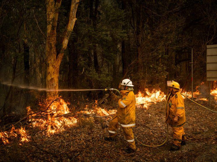 OPN 200110 AUSTRALIA-BUSHFIRES-FIREFIGHTER1-1578657211863