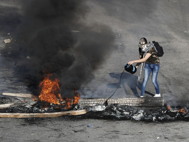 Lebanese Protesters Block Roads Against Government Inaction Mena Gulf News