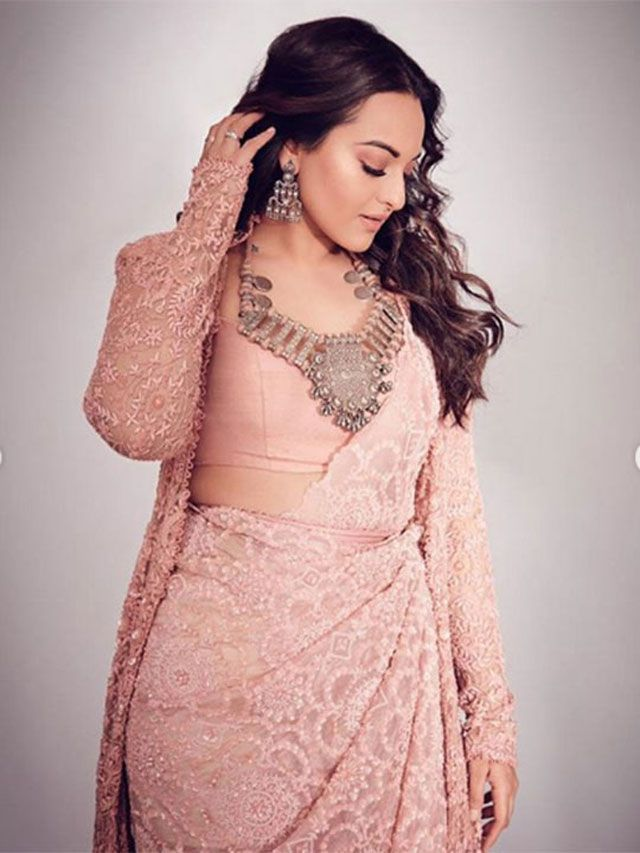 Sonakshi completed her look with a heavy neckpiece and matching earring
