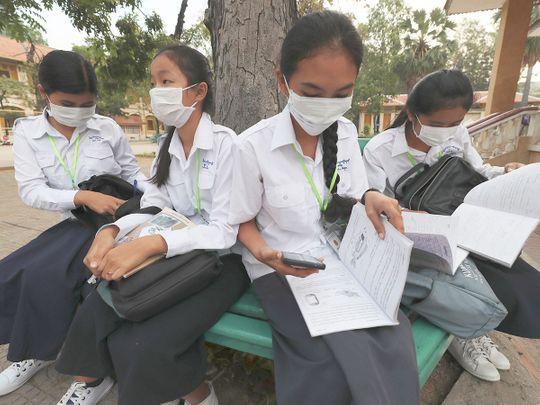 Students wear masks to avoid the contact of coronavirus
