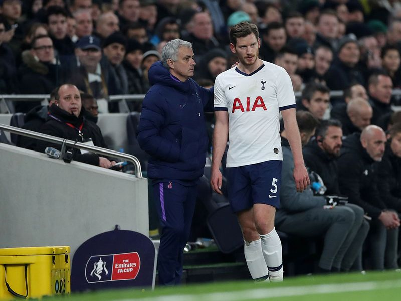 Soccer Football -  FA Cup Fourth Round Replay - Tottenham Hotspur v Southampton  - Tottenham Hotspur Stadium, London, Britain - February 5, 2020   Tottenham Hotspur manager Jose Mourinho with Jan Vertonghen as he is substituted