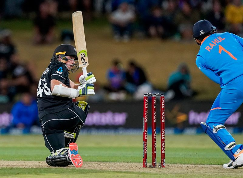 New Zealand reached their target thanks to half centuries for Martin Guptill, Nicholls and Colin de Grandhomme.