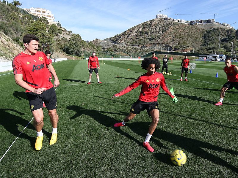 Manchester United train in Spain