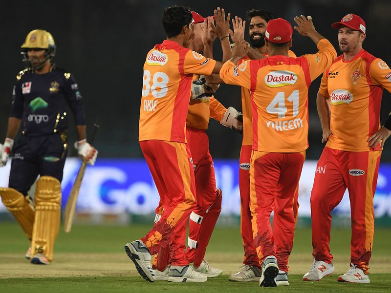 Islamabad United's players celebrate after the dismissal of Quetta Gladiators's Sarfraz Ahmed (L) during the Pakistan Super League (PSL) Twenty20 cricket match between Quetta Gladiators and Islamabad United at The National Cricket Stadium in Karachi on February 20, 2020.  / AFP / Asif HASSAN