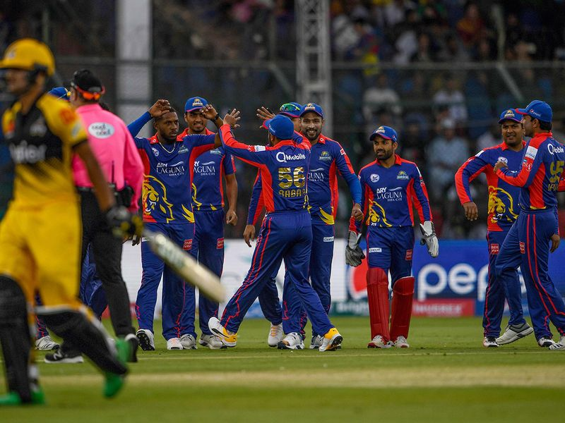 Karachi Kings' cricketers celebrate after the dismissal of Peshawar Zalmi's Haider Ali (L) during the Pakistan Super League (PSL) Twenty20 cricket match between Peshawar Zalmi and Karachi Kings at the National Cricket Stadium in Karachi on February 21, 2020.  / AFP / Asif HASSAN