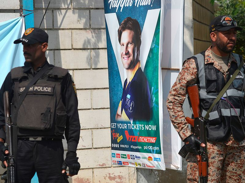 A Pakistani ranger and policeman stand guard outside the the National Cricket Stadium in Karachi on February 22, 2020, before the start of the Pakistan Super League (PSL) T20 cricket match between Peshawar Zalmi and Quetta Gladiators. / AFP / Rizwan TABASSUM
