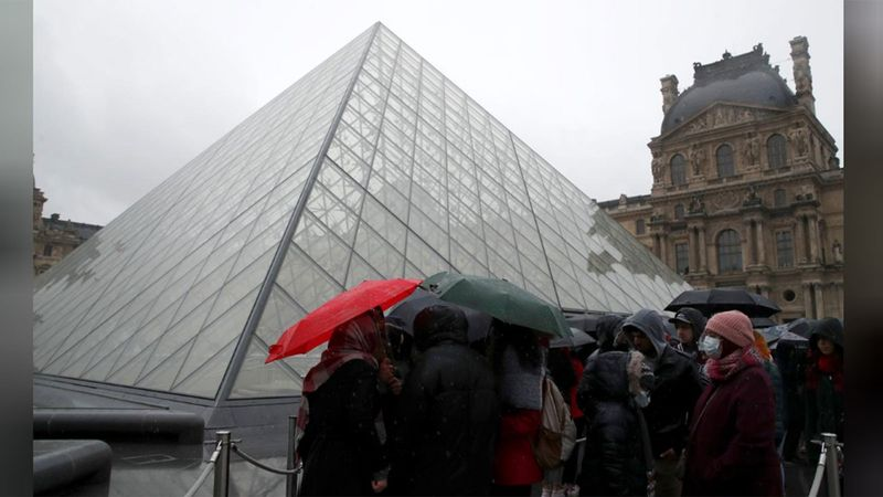 People line up at the Louvre Museum Paris 0121