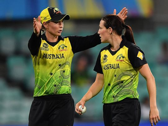 Australia's Rachael Haynes (L) gives instructions to bowler Megan Schutt during the Twenty20 women's World Cup semi-final cricket match between Australia and South Africa in Sydney on March 5, 2020. -- IMAGE RESTRICTED TO EDITORIAL USE - STRICTLY NO COMMERCIAL USE --  / AFP / Saeed KHAN / -- IMAGE RESTRICTED TO EDITORIAL USE - STRICTLY NO COMMERCIAL USE --