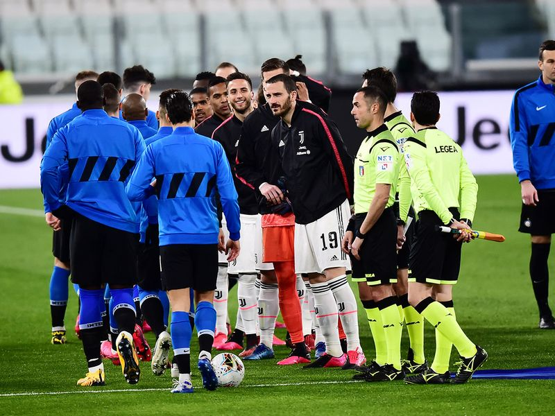 Soccer Football - Serie A - Juventus v Inter Milan - Allianz Stadium, Turin, Italy - March 8, 2020   General view as the players line up without shaking hands as the number of coronavirus cases grow around the world   REUTERS/Massimo Pinca