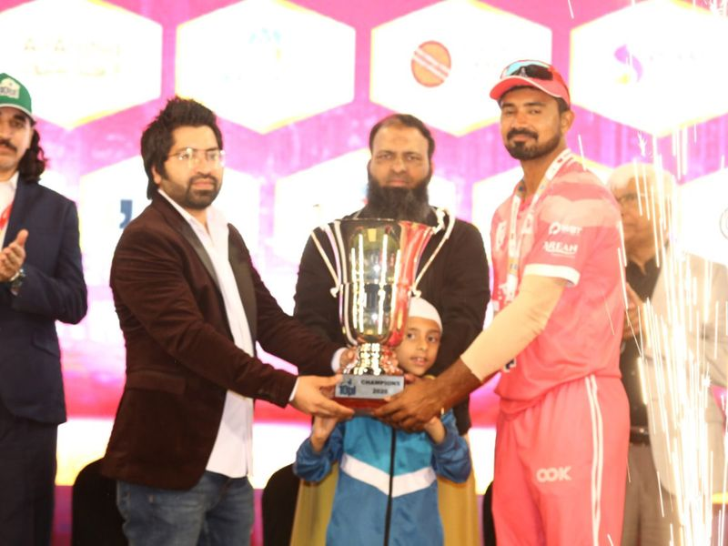 Friends Kuwait team captain Ankur Singh receives the winners trophy from the chief organiser Abdul Latif Khan (centre) and sponsor Saif Shaik, MD Algiera Medics.