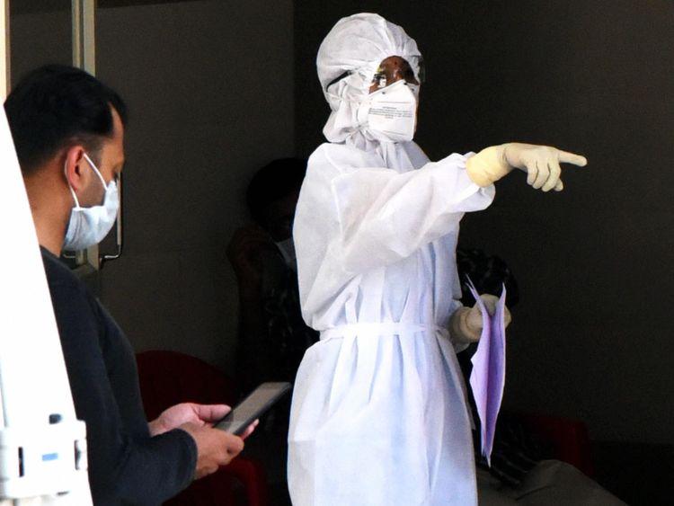 Seorang petugas medis yang mengenakan jas pelindung terlihat di ruang isolasi.