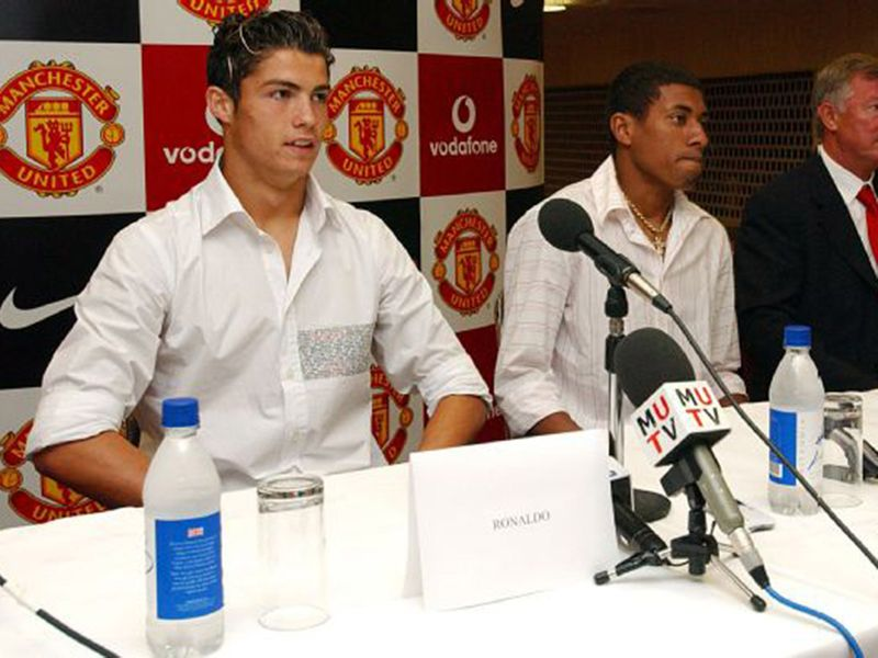 Ronaldo signs for Manchester United