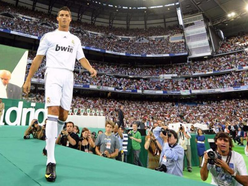 Ronaldo signs for Real Madrid in 2009