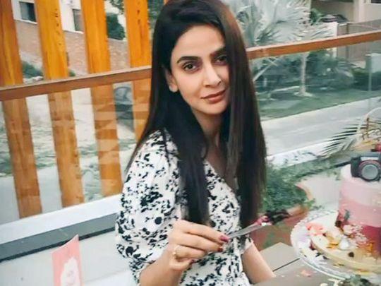 Saba Qamar ready to cut her birthday cake-1586162843828