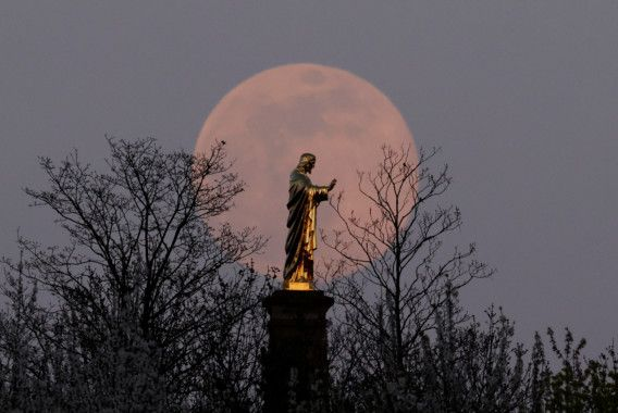 Copy of 2020-04-07T211205Z_1476117003_RC2UZF9IW5IF_RTRMADP_3_SUPERMOON-SIGHTING-FRANCE-1586325301573