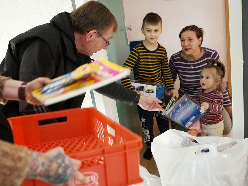 Virus_Outbreak_Germany_Helping_Families_98983
