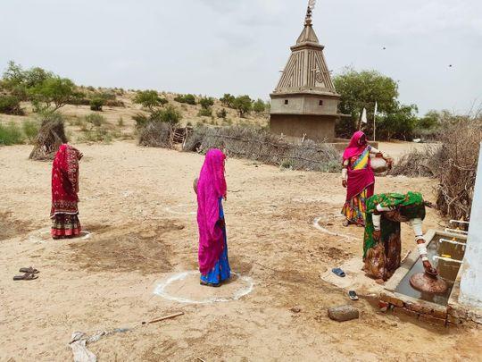Women Pakistan social distancing