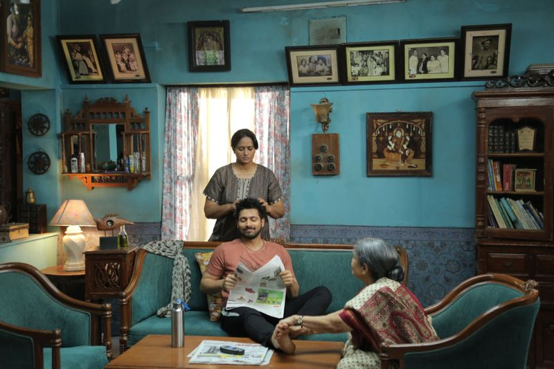Veteran actress Sachu with Harish Kalyan and Anupama in Dharala Prabhu-1587533023392