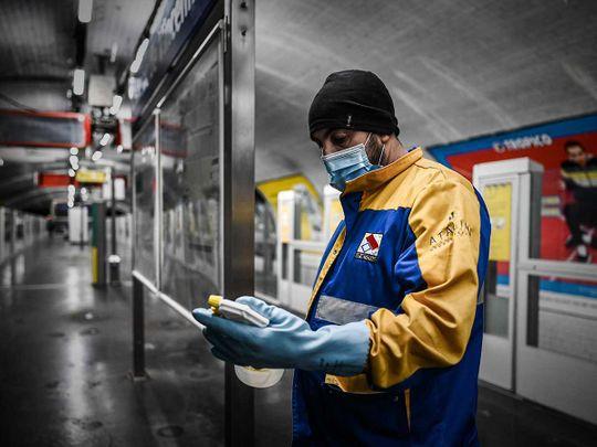 Cleaner France metro mask gloves