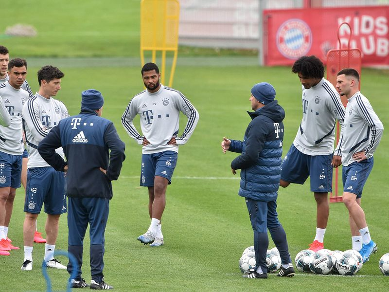 Bayern Munich's headcoach Hansi Flick (C) talks to his players during a training session at the football team's training grounds in Munich, southern Germany, on May 5, 2020.  German authorities are expected to decide on May 6, 2020 whether to allow the Bundesliga to resume, making it the first league to restart in Europe, behind closed doors and on the basis of a draconian health protocol. / AFP / Christof STACHE