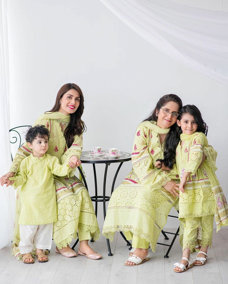 Ayeza Khan with her mother and kids on the Mother's Day-1589181486353