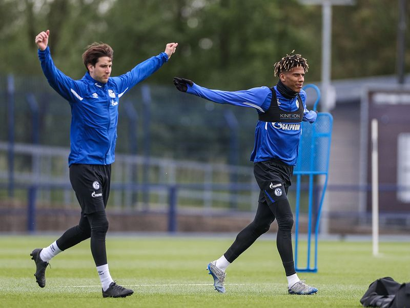 Schalke players train on Thursday