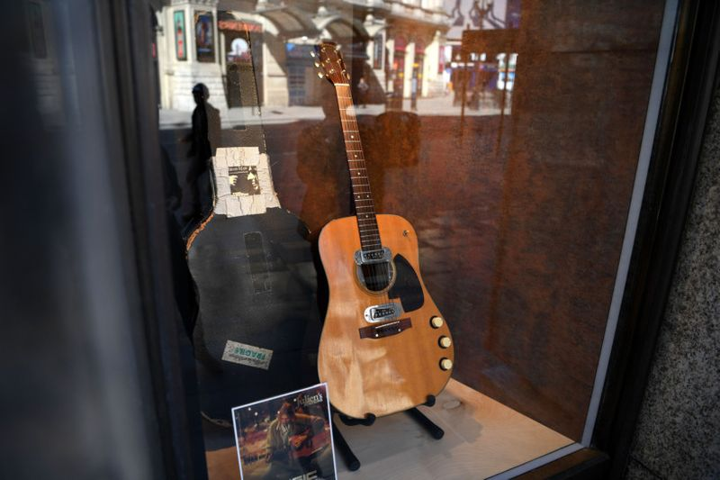TAB 200621 Kurt Cobain GUITAR.JPG-1592720985980