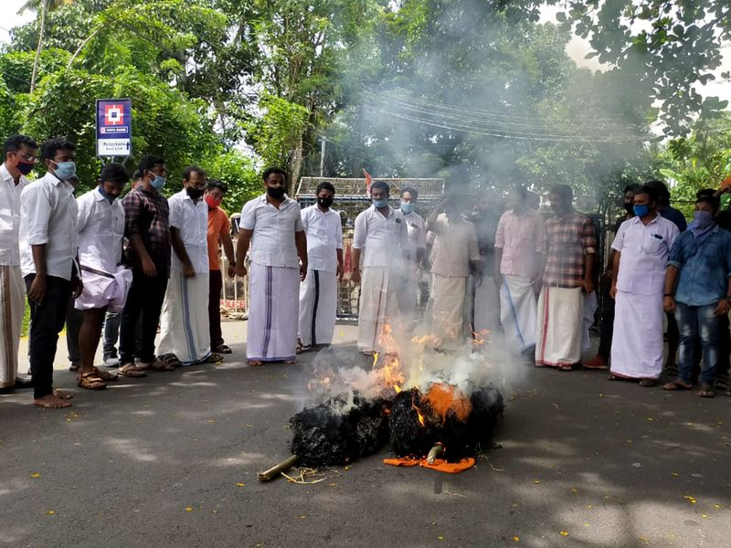 effigy of Kerala CM Pinarayi Vijayan and Swapna Suresh