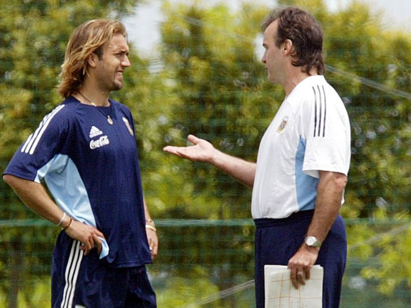 Argentina's Marcelo Bielsa speaks to Gabriel Bautistuta in 2002
