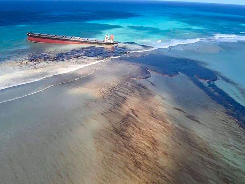 Mauritius_Leaking_Ship_27730