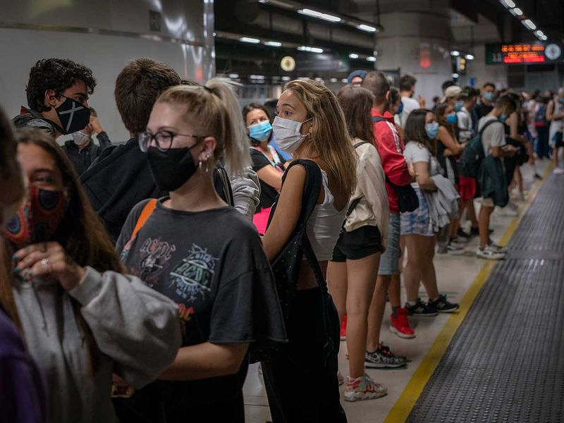 Spain passengers mask train