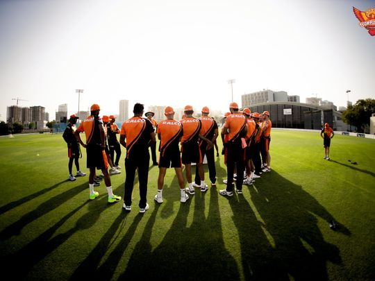 Trevor Bayliss gives his Sunrusers Hyderabad players a pep talk during training