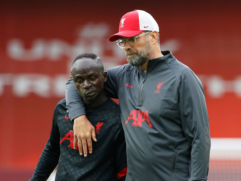 Jurgen Klopp has a word with Sadio Mane ahead of the game against Leeds United