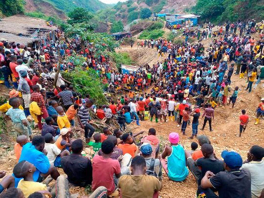 Hundreds of people gather in Kamituga