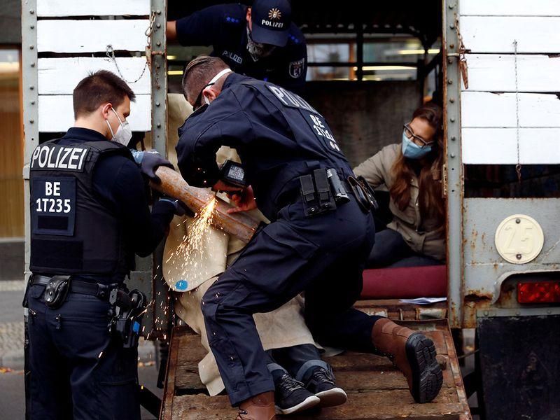 2020-10-05T100121Z_494302659_RC26CJ92UU80_RTRMADP_3_GERMANY-PROTESTS-EXTINCTION-REBELLION