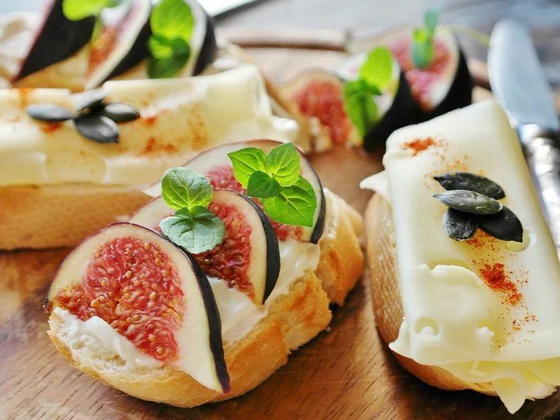 Fresh figs and cream cheese