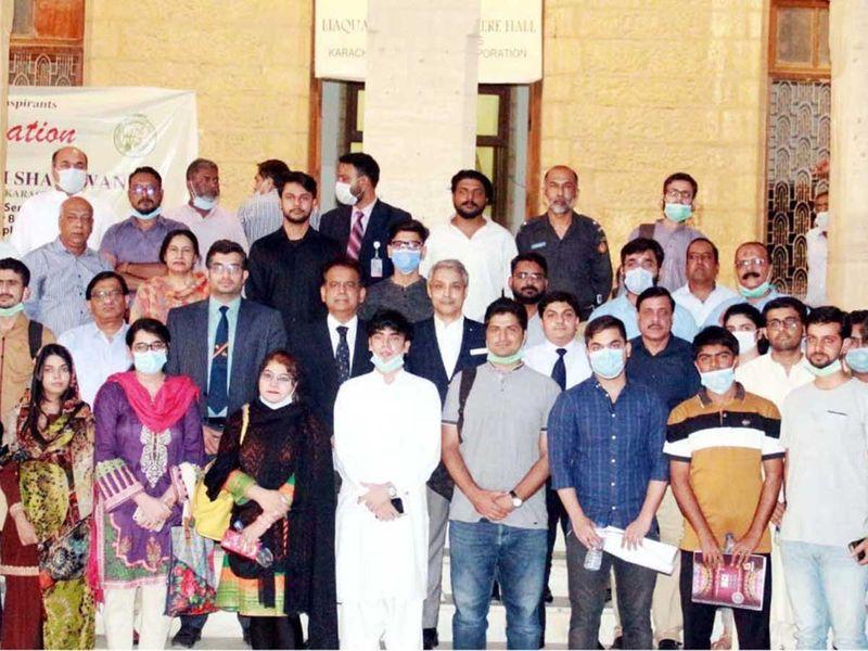 Administrator Karachi Iftikhar Ali Shallwani with students  Pakistan