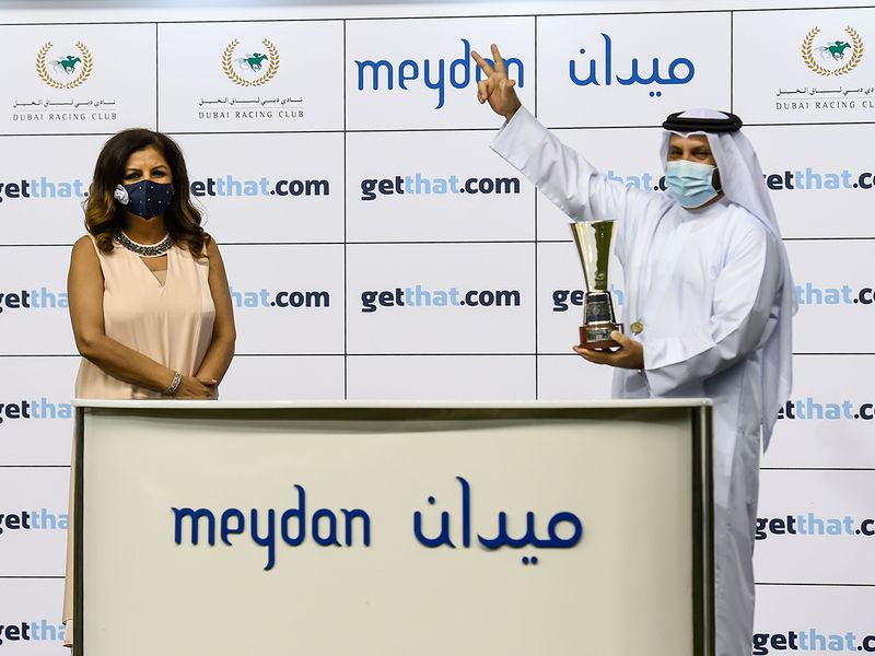 Puja Wadhwa presents the winners trophy to Musabeh al Muheiri after Antonio Vivaldi won the getthat.com race